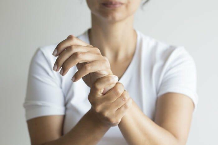 Frau mit Handverletzung